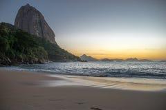 Härlig soluppgång på den röda stranden, Praia Vermelha, med det Sugarloaf berget, Rio de Janeiro arkivfoto