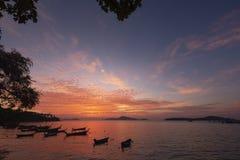 Härlig soluppgång på den Rawai stranden, Phuket Royaltyfri Fotografi