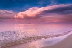 Härlig soluppgång på den Rayong stranden, Thailand Arkivbild