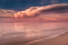 Härlig soluppgång på den Rayong stranden, Thailand Arkivfoton