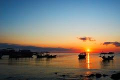Härlig soluppgång på det tropiska Kambodja för strandKohrong landskapet med longtailfartyg, medan solen går upp arkivfoton