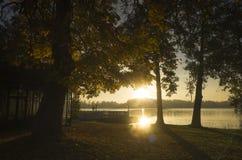Härlig soluppgång på höstmorgonen i Katrineholm, Sverige Skandinavien royaltyfria bilder