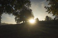 Härlig soluppgång på höstmorgonen i Katrineholm, Sverige Skandinavien fotografering för bildbyråer