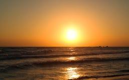 Härlig soluppgång på havet med klar himmel Arkivbild