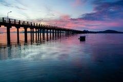 Härlig soluppgång på havspir Arkivfoto