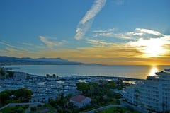 Härlig soluppgång på havssikten från en lägenhet av residen royaltyfri foto