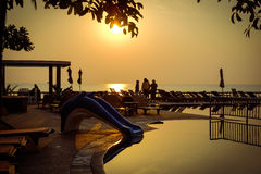 Härlig soluppgång på hotellpölen på kanten av stranden Royaltyfri Foto