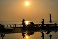 Härlig soluppgång på hotellpölen på kanten av stranden Arkivfoto