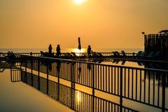Härlig soluppgång på hotellpölen på kanten av stranden Arkivfoton