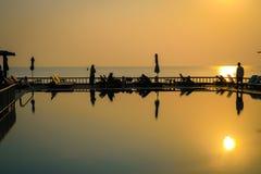Härlig soluppgång på hotellpölen på kanten av stranden Royaltyfria Bilder