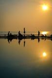 Härlig soluppgång på hotellpölen på kanten av stranden Royaltyfria Foton