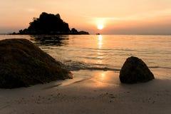 Härlig soluppgång på Koh Lipe Beach Thailand, sommarsemester royaltyfria foton