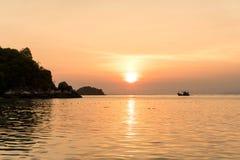 Härlig soluppgång på Koh Lipe Beach Thailand, sommarsemester royaltyfri fotografi