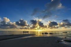 Härlig soluppgång på paradisstranden, Seychellerna 10 Arkivbild