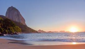 Härlig soluppgång på Praia Vermelha och det Sugarloaf berget royaltyfri bild