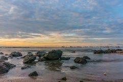 Härlig soluppgång på stranden i Thailand Royaltyfri Foto