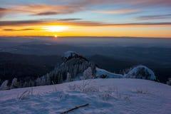 Härlig soluppgång som ses från monteringen Cozia royaltyfria bilder