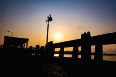 Härlig soluppgånghimmel på fartyghamn royaltyfri fotografi