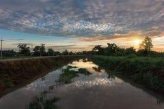 Härlig soluppgångreflexion i en kanal royaltyfri bild