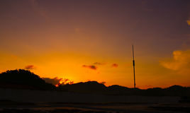 Härlig soluppgångsikt över kullen Arkivbild