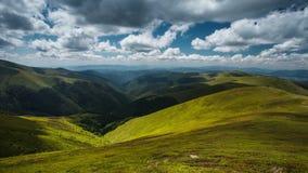 härlig sommar för landskap för schackningsperiod för tid 4K i de Carpathian bergen lager videofilmer