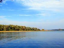 härlig sommar för liggandeflodsky Arkivbild