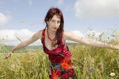 Härlig sommar för sädes- fält för kvinna royaltyfria foton