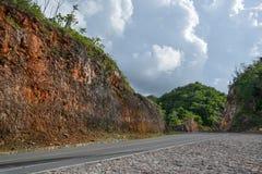 Härlig sommarbergväg med träd Arkivfoton