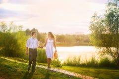 Härlig sommarbild på naturen vid floden Ett älska par på en gazebo Arkivbild