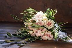 Härlig sommarbröllopbukett Delikata ljusa blommor för bruden Förberedelser för bröllopceremoni brud- bröllop för bukett Fotografering för Bildbyråer