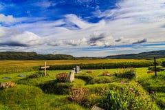 Härlig sommardag på en isländsk kyrkogård Fotografering för Bildbyråer