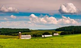 Härlig sommarhimmel över ladugård- och lantgårdfält i sydliga York arkivbild