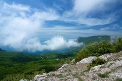 Härlig sommarhimmel med moln Krim berg Royaltyfria Bilder