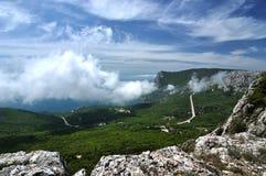 Härlig sommarhimmel med moln Krim berg Arkivfoton