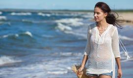 Härlig sommarkvinna nära havet royaltyfria foton