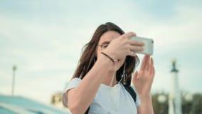 Härlig sommarkvinna som tar bilder på telefonen 4k lager videofilmer