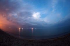 Härlig sommarnatt på havet med blå himmel och moln Royaltyfri Fotografi