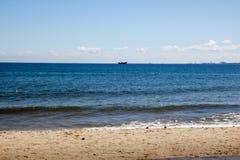 Härlig sommarseascape med ett skepp som seglar bort på bakgrunden av blå himmel Arkivbilder