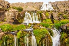 Härlig sommarsikt av den Dynjandifoss Dynjandi vattenfallet, juvlar av Westfjordsen, Island Den största vattenfallet i Westfjords Arkivbilder