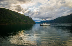 Härlig sommarsikt av den norska fjorden Arkivfoto