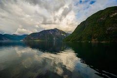 Härlig sommarsikt av den norska fjorden Arkivbilder