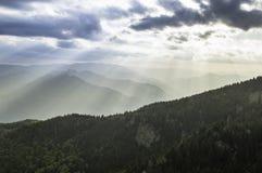 Härlig sommarsolnedgång i berg Arkivbild