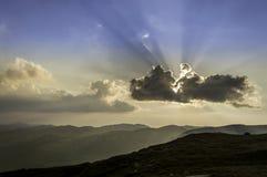 Härlig sommarsolnedgång i berg Arkivfoto