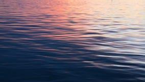 Härlig sommarsolnedgång på flodreflexionen av himlen på vattenyttersidan lager videofilmer