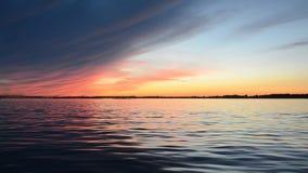 Härlig sommarsolnedgång på flodreflexionen av himlen på vattenyttersidan stock video