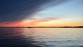 Härlig sommarsolnedgång på flodreflexionen av himlen på vattenyttersidan arkivfilmer