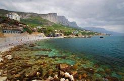 Härlig sommarsolnedgång på stranden Black Sea Krim berg Arkivbilder