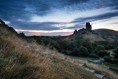 Härlig sommarsoluppgång över landskap av den medeltida slotten fördärvar Royaltyfri Foto