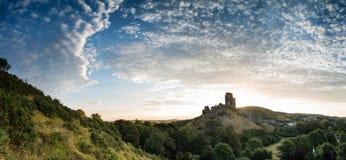 Härlig sommarsoluppgång över panoramalandskap av medeltida cas Royaltyfri Bild