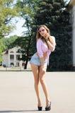 Härlig sommarung flickautvikningsbrud Arkivbild